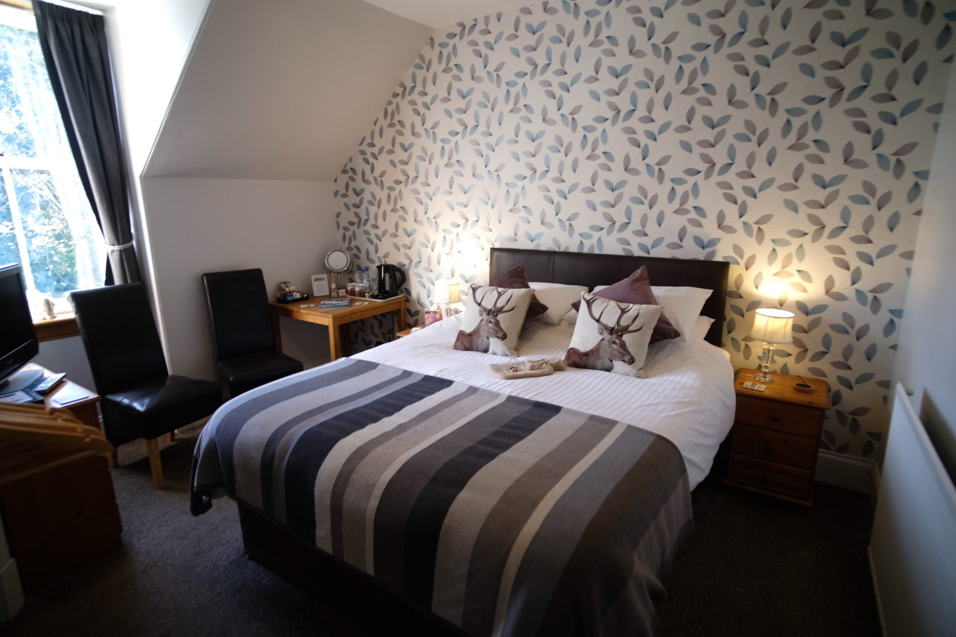 Great Glen Double Bedroom with a kingsize bed at Morlea B&B Loch Ness